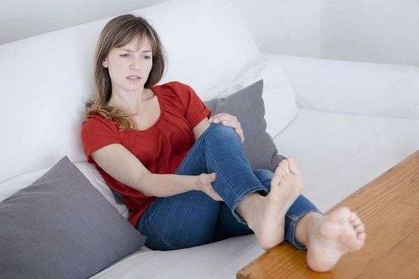 Отказывают ноги во время месячных: причины, что делать