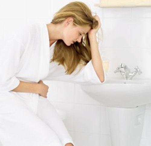 Задержка месячных и вздутие живота: причины развития симптомов