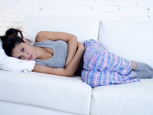 Почему болит живот в первый день месячных: норма или нет