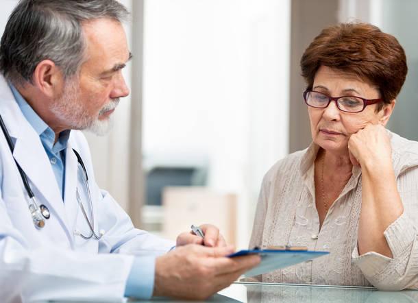 Болит грудь при климаксе: причины, симптомы и возможное лечение