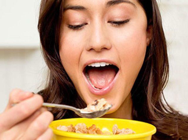 Почему во время месячных хочется сладкого: причины, как не поправиться