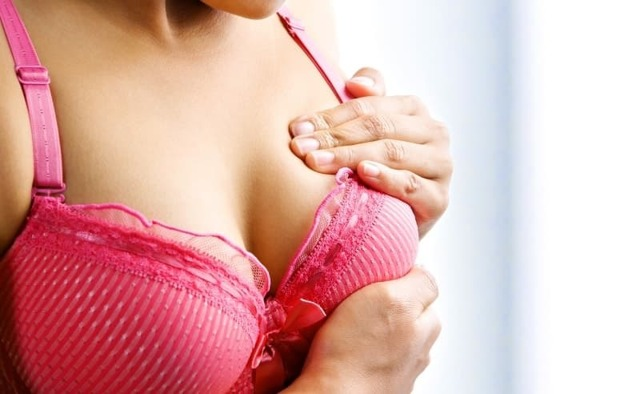 Грудь перед месячными: причины увеличения молочных желез