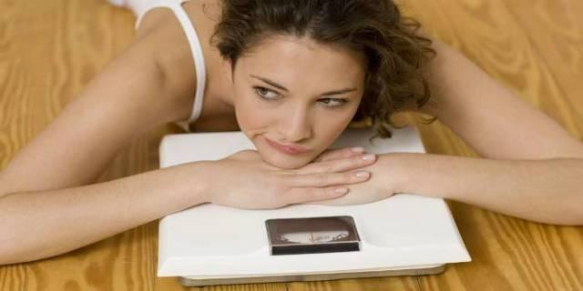 Почему во время месячных увеличивается вес: основные причины