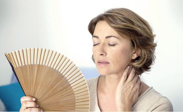 Приливы жара у женщин: причины и способы борьбы