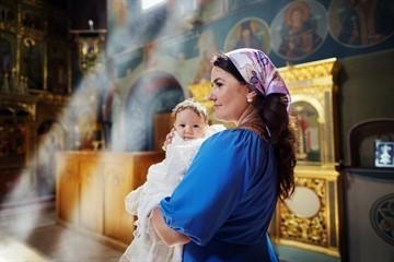 Можно ли с месячными в церковь: правила поведения в храме